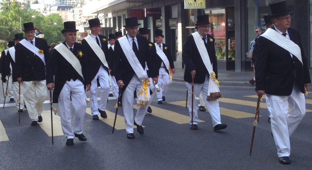 a0d8f8d415f6 La Noble Abbaye des Écharpes Blanches a traversé Montreux en cortège  aujourd hui, sous la conduite de son Abbé-Président Patrick Francey (photos  ...